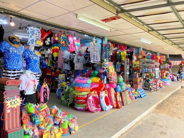 ナンラムビーチ沿いに並ぶ水着販売店
