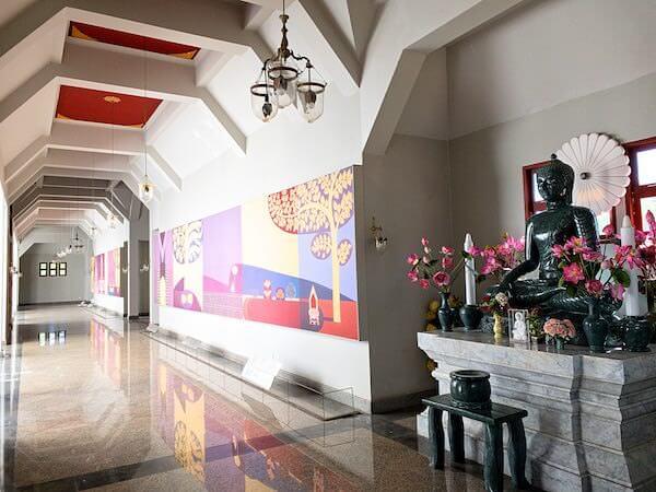 ワット・ヤーナサンワララームにあるブッダガヤレプリカ仏塔の回廊