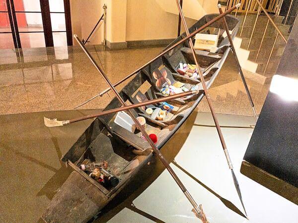 ブッダガヤのレブリカ仏塔内に並ぶ船のアート