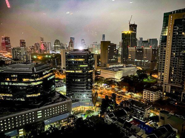 コンラッド バンコク(Conrad Bangkok)の客室窓から見えた夜景