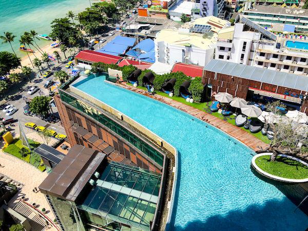 上から見たヒルトン パタヤ (Hilton Pattaya)のインフィニティプール