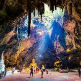 カオルアン洞窟の神秘的な光と仏像。バンコクからの日帰りでの行き方・帰り方についても詳しく解説。