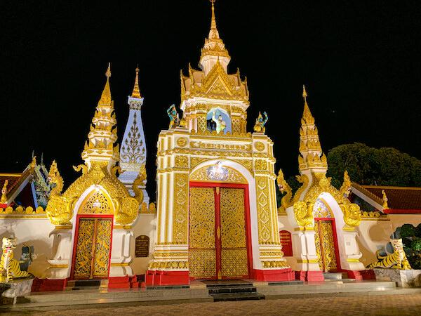 プラ・タート パノム(Phra That Phanom)の門