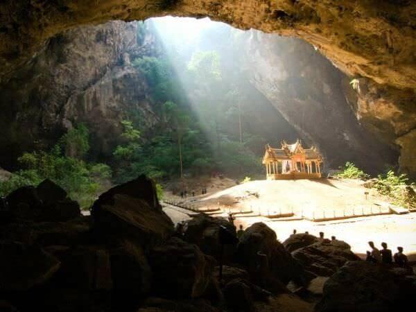 プラヤーナコーン洞窟に差し込む日光