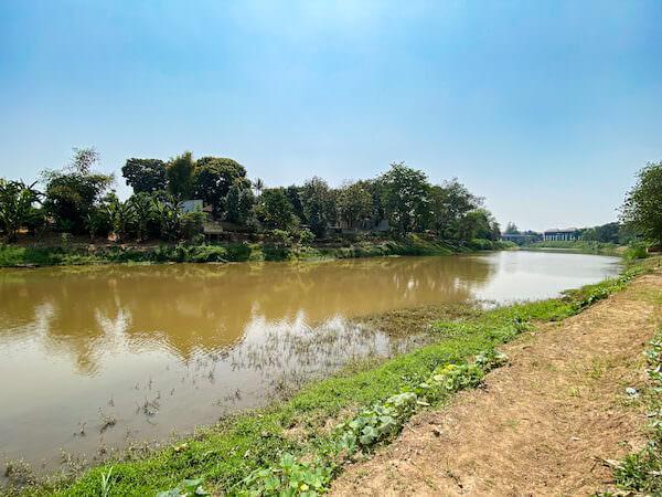 ラヤヘリテージ チェンマイ(Raya Heritage Chiangmai)の中庭から見えるピン川