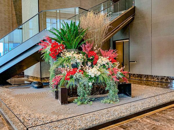 ジ オークラ プレステージ バンコク(The Okura Prestige Bangkok)のチェックインロビーに生けられている花