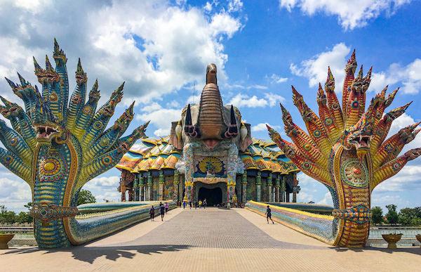 正面から見たワット・バーンライ(Wat Ban Rai)にある象のお堂