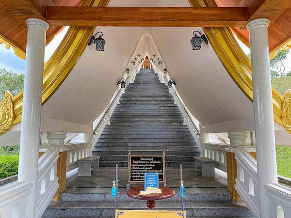 ワット・ブーンヤワッド(Wat Boonyawad)のチェディの階段