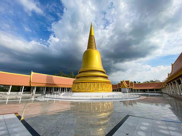 ワット・ブーンヤワッド(Wat Boonyawad)の頂上に立つ仏塔