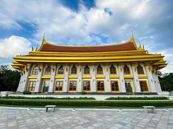 ワット・ブーンヤワッド(Wat Boonyawad)にあるウポーサタのホール