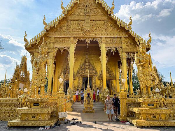 ワット・パークナーム・ジョーロー(Wat Pak Nam Cholo)の外観2