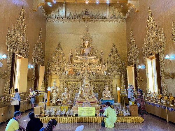 ワット・パークナーム・ジョーロー(Wat Pak Nam Cholo)の仏堂内1
