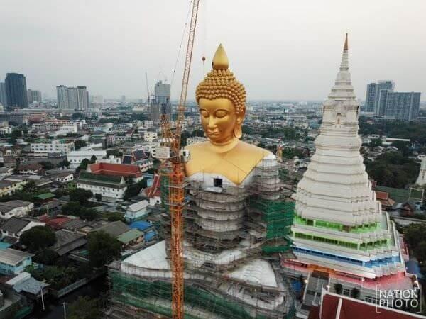 ワットパクナムの巨大仏像