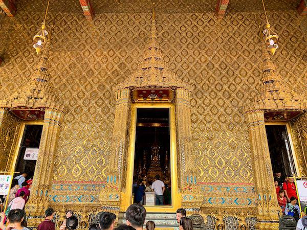ワット・プラケオ(Wat Phra Kaew)本堂入り口の黄金の装飾