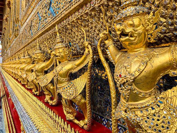 ワット・プラケオ(Wat Phra Kaew)本堂に並ぶ112体のガルーダ