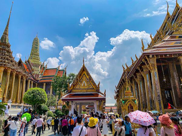 ワット・プラケオ(Wat Phra Kaew)の本堂とモンドップ