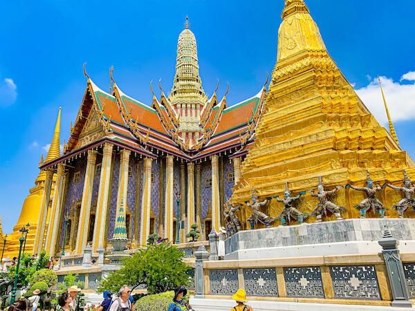ワット・プラケオ(Wat Phra Kaew)の仏堂とチェディ