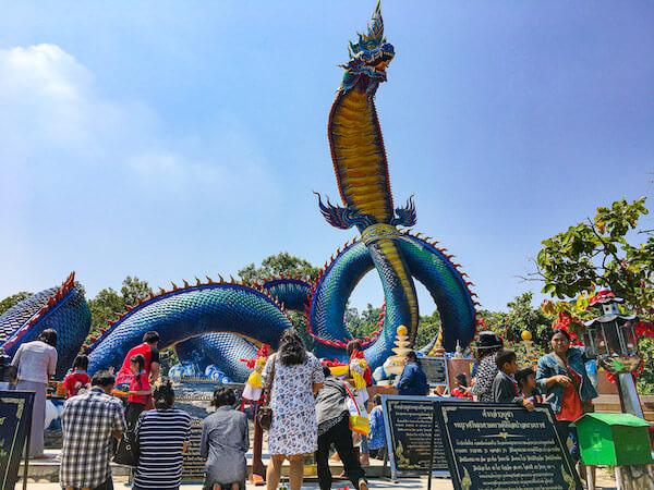 ワット・プー マノーロム(Wat Phu Manorom)の巨大ナーガ