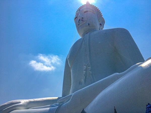 ワット・プー マノーロム(Wat Phu Manorom)に安置されている巨大仏像
