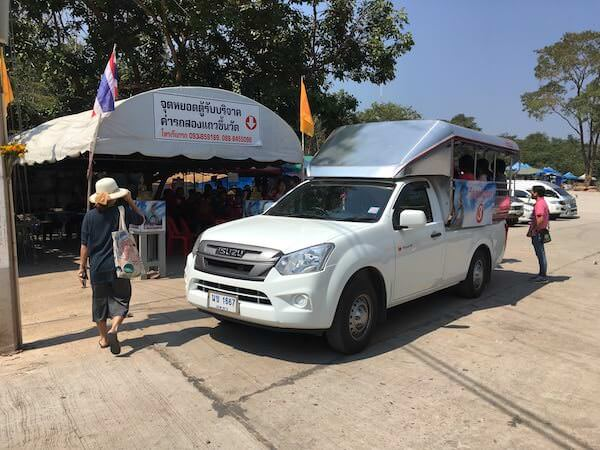 ワット・プー マノーロム(Wat Phu Manorom)へ行くソンテウ