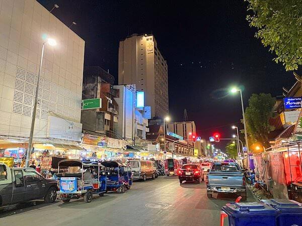 デュシット D2 ホテル(Dusit D2 Chiang Mai Hotel)目の前のナイトバザール