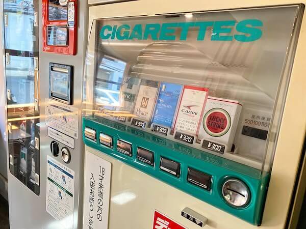 建物カフェ(Kafae Tuktheaw)店内にあるタバコの自動販売機