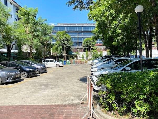 建物カフェ(Kafae Tuktheaw)裏手の駐車場