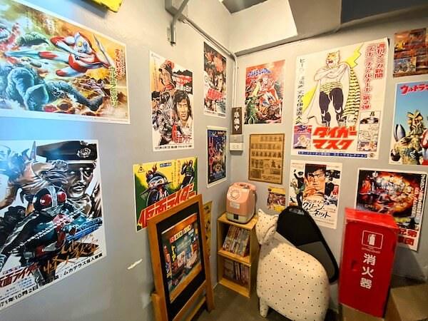 建物カフェ(Kafae Tuktheaw)店内にあるポスターと公衆電話機