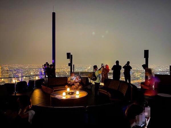 夜のマハナコンタワーの展望台2