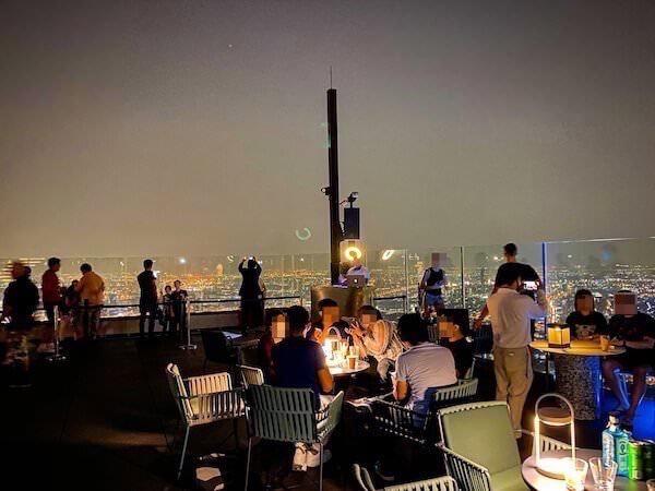 夜のマハナコンタワーの展望台3