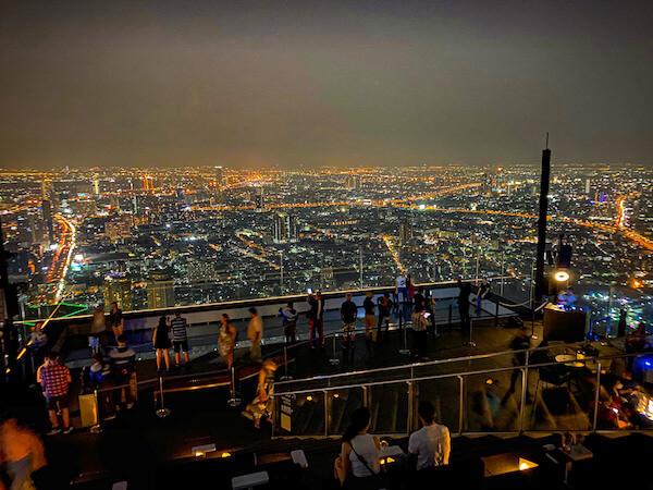 夜のマハナコンタワーの展望台4
