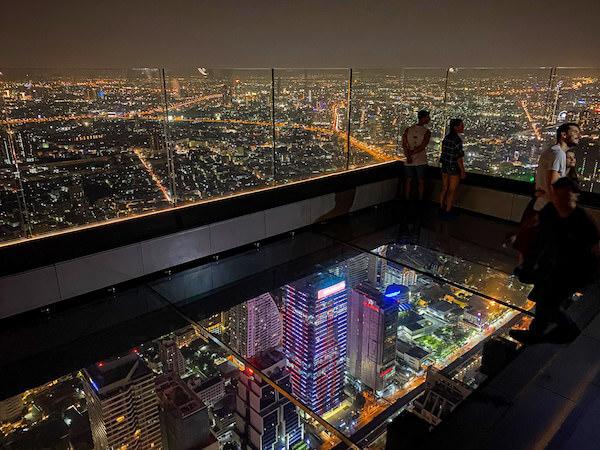 夜のマハナコンタワーのスカイウォーク1