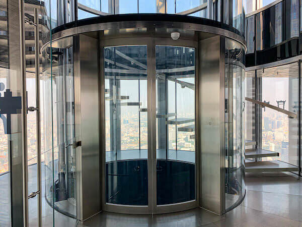 マハナコンタワーの油圧式ガラス張りエレベーター