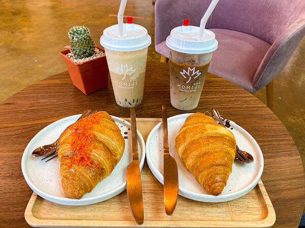 もみじ(Momiji Specialty Coffee)で注文したコーヒーとクロワッサン