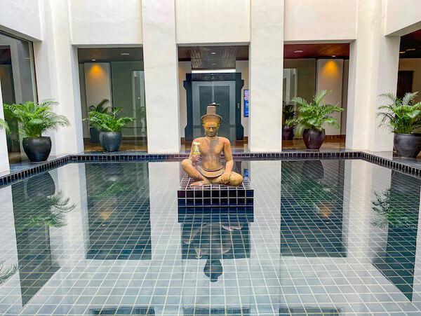 ザ スコータイ バンコク(The Sukhothai Bangkok)内に展示されている仏像のオブジェ