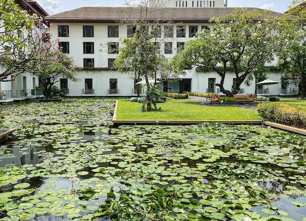 ザ スコータイ バンコク(The Sukhothai Bangkok)の中庭と蓮池