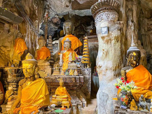 チェンダオ洞窟内に安置されている仏像