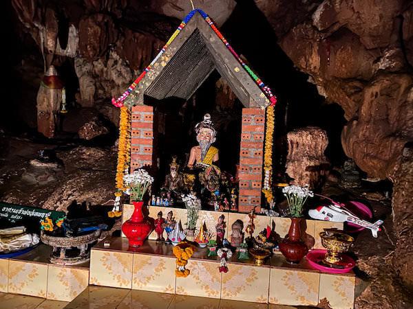 チェンダオ洞窟に安置されているルーシーの像