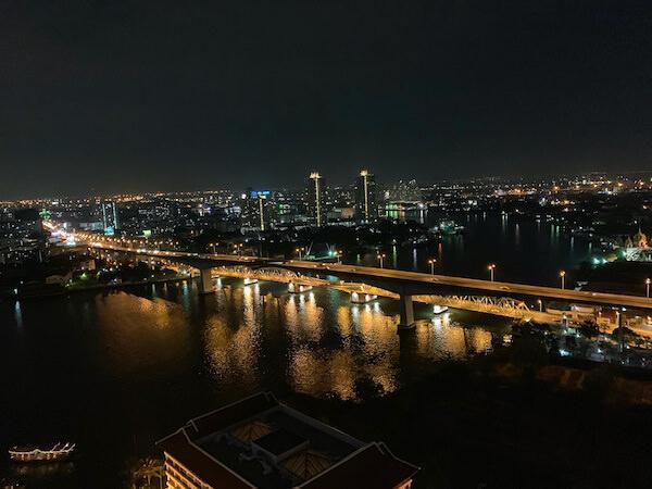 アヴァニ リバーサイド バンコク ホテル(Avani Riverside Bangkok Hotel)のルーフトップバーから見えるチャオプラヤー川