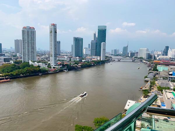 チャトリウム ホテル リバーサイド バンコク(Chatrium Hotel Riverside Bangkok)の客室バルコニーから見えるチャオプラヤー川