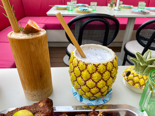 キンプトン マーライ バンコク(Kimpton Maa-Lai Bangkok)のスカイバー「バーヤード(Bar.Yard)」で飲んだパイナップル容器のカクテル2