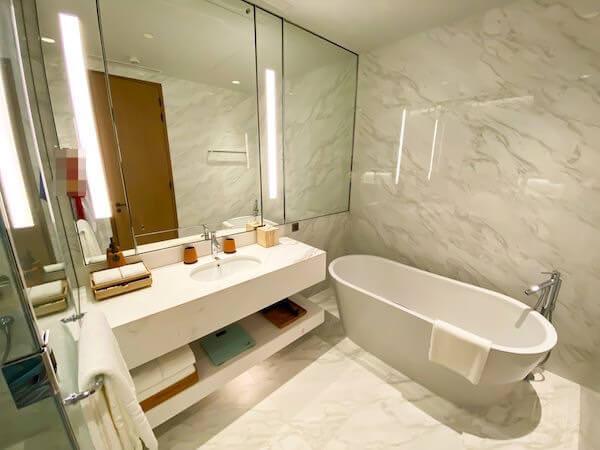 キンプトン マーライ バンコク(Kimpton Maa-Lai Bangkok)の1ベッドルーム レジデンス(One Bed Room Residence)客室のバスルーム2