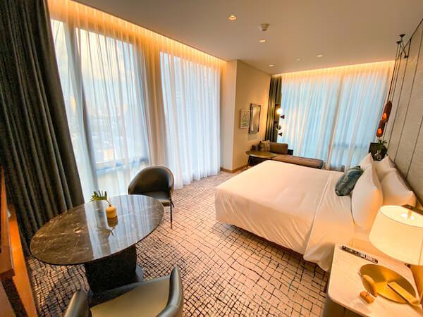 キンプトン マーライ バンコク(Kimpton Maa-Lai Bangkok)のエグゼクティブスイート(Executive Suite)のベッドルーム