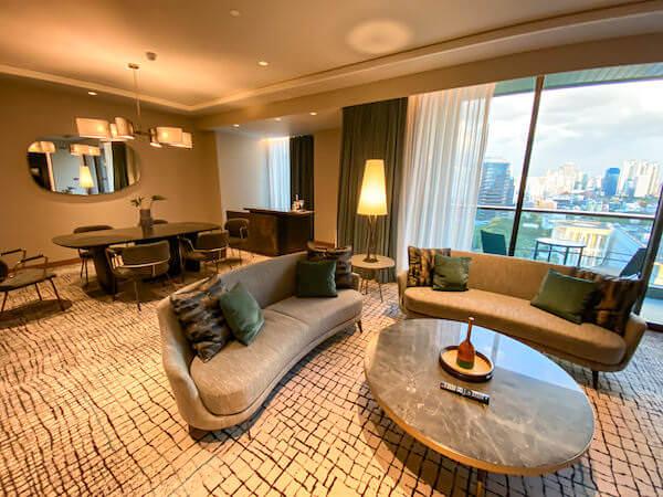 キンプトン マーライ バンコク(Kimpton Maa-Lai Bangkok)のエグゼクティブスイート(Executive Suite)のリビングルーム