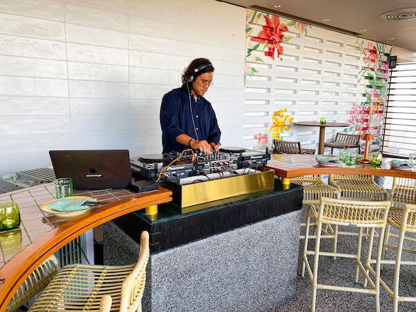 キンプトン マーライ バンコク(Kimpton Maa-Lai Bangkok)のスカイバー「バーヤード(Bar.Yard)」にいるDJ