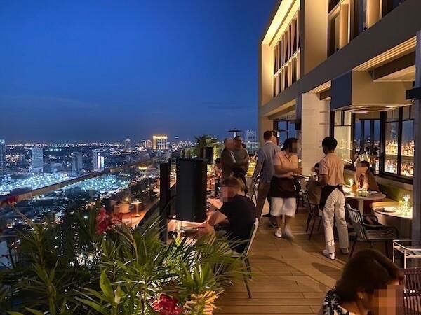 キンプトン マーライ バンコク(Kimpton Maa-Lai Bangkok)のスカイバー「バーヤード(Bar.Yard)」の夜
