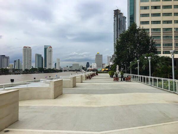 ラマダ プラザ バンコク メナム リバーサイド(Ramada Plaza Bangkok Menam Riverside)の遊歩道