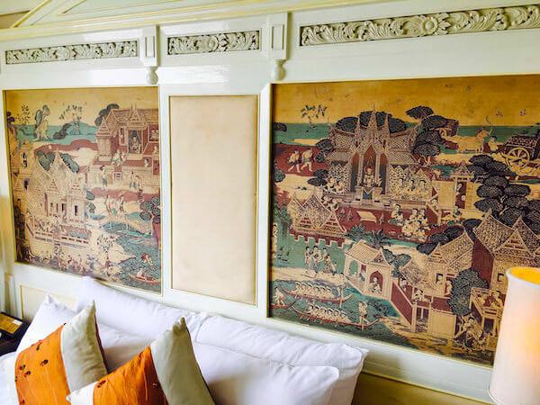 ラマダ プラザ バンコク メナム リバーサイド(Ramada Plaza Bangkok Menam Riverside)のベッドにある壁画風アート