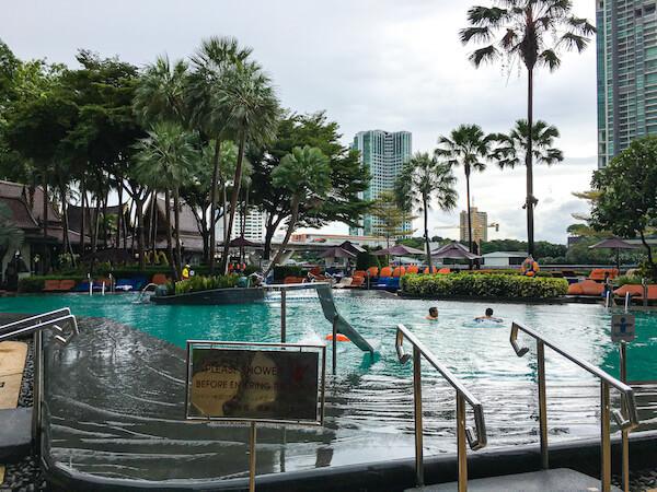 シャングリラ ホテル バンコク(Shangri-La Hotel, Bangkok)のプール3