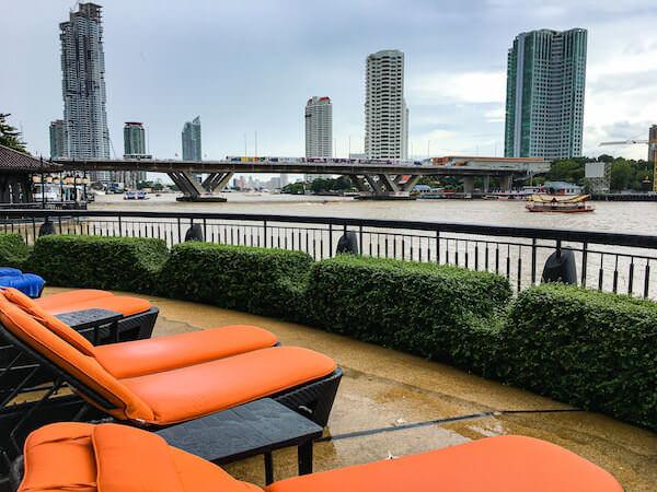 シャングリラ ホテル バンコク(Shangri-La Hotel, Bangkok)のプールから見えるチャオプラヤー川